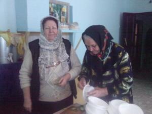 помогают на кухне клирошанка Редичкина Вера и Нина Николаевна